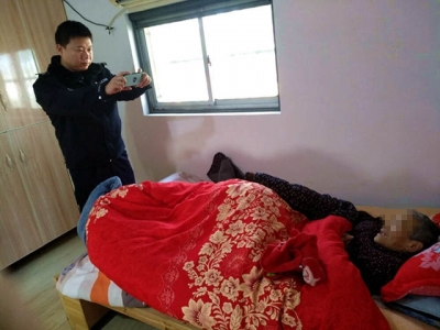 丹徒民警为瘫痪在床的老人上门办理身份证