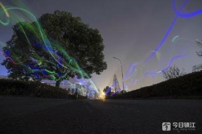 """迎接""""地球一小时"""":大学生荧光夜跑倡导环保"""