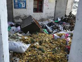 """拆迁空地围墙一""""缺口""""导致空地变成垃圾场"""