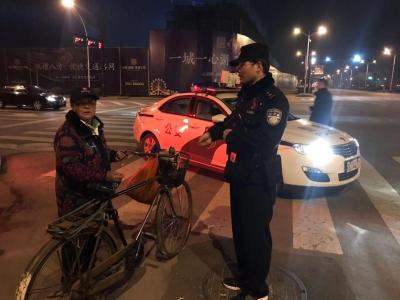"""老人 """"跨区""""骑行20公里,民警暖心引路帮其回家"""