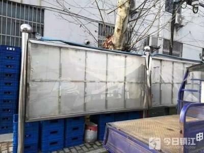 京口路百米宣传橱窗破旧不堪 市民:未添彩反减色