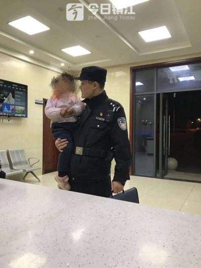 """超暖!2岁多小女孩走丢被送派出所 铁汉民警变身""""哄娃奶爸"""""""