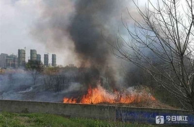 丹阳消防紧急扑灭一荒地大火 四周都有围墙,临近村庄与厂房