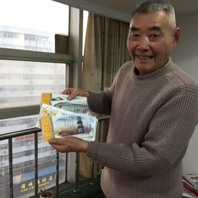 古稀老人收藏千余明信片 记录镇江40年来风雨变迁