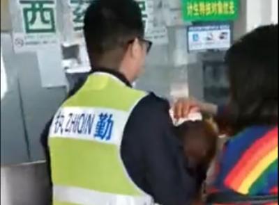 视频 | 小女孩从推车上跌落受重伤  执勤交警紧急送医
