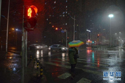 今夜到明天江苏淮河以南有小雨,后天夜里起全省有较强降水并伴有强对流天气