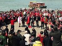 市民游客齐欢唱 金山湖畔颂祖国