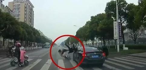 丹阳万善路发生一起车祸 行车记录仪记下惊险一幕