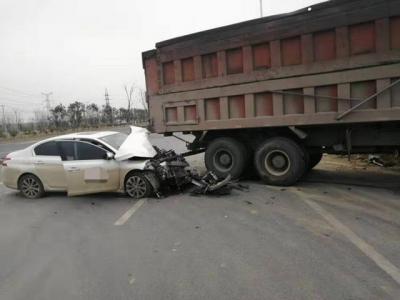 货车右拐未及时变更车道 致直行轿车车头撞烂