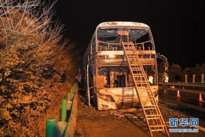 湖南常长高速客车起火事故已致26人死亡 2司机被控制
