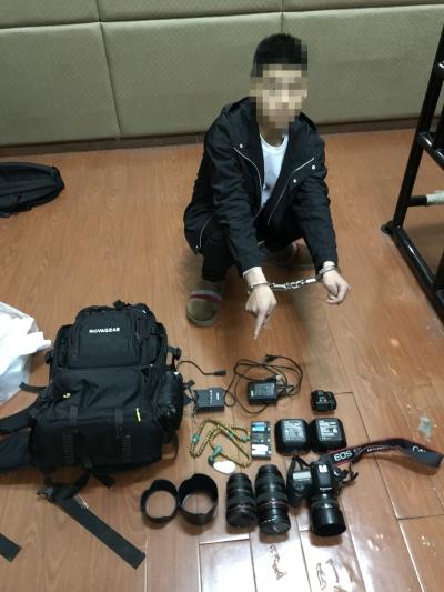 午夜报警 居民车库里高档相机、和田玉串共6万元物品被盗