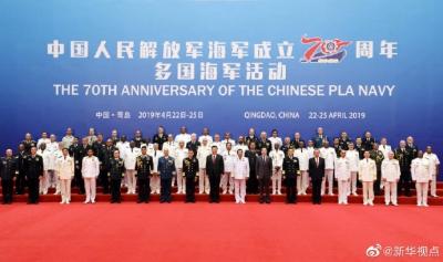 习近平在青岛同来华外方海军代表团团长合影