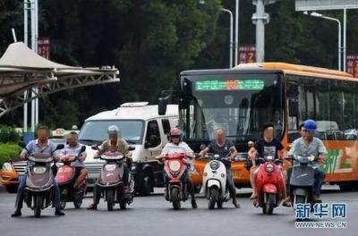 新国标实施首日 市民扎堆上牌 提示:不必着急,以前买的电动车仍能上牌