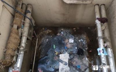 楼内污水坑让业主住3年多没法通风,记者去了发现……