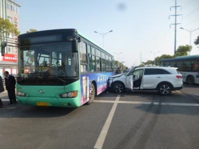 视频|轿车路口转弯躲过一碰却遇两撞 路口驾车更需谨慎