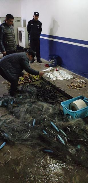 镇江警方查获首例改装渔具案,团伙电捕刀鱼47条