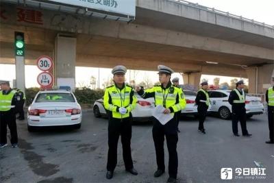 """镇江警方""""三措并举""""确保清明平安通畅"""