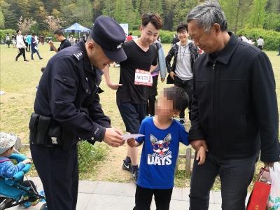 顽皮小子混入马拉松队伍 民警和大学生上演爱心接力