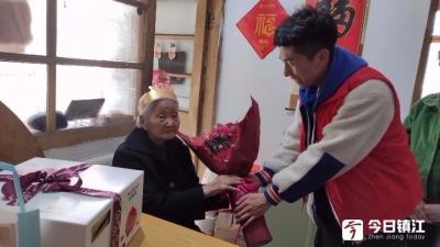 镇江老人迎百岁生日 社区和社会组织上门祝寿