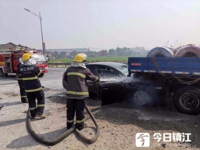 惊险!扬中一私家车追尾大货车  撞碰严重引火灾