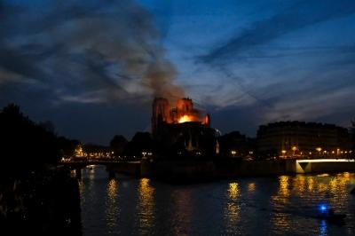 法国总统承诺重建损毁严重的巴黎圣母院