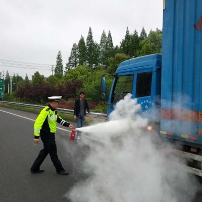 《车轮胎冒浓烟起火、高速交警化身消防员》