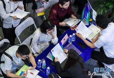 中国国际人才交流大会在深圳举行 来自50多个国家和地区的4000多家专业机构和组织、40000余名海内外政府代表、专家学者、高端人才应邀参展参会