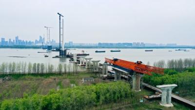 在镇央企承建南京长江五桥北引桥首榀节段梁成功架设