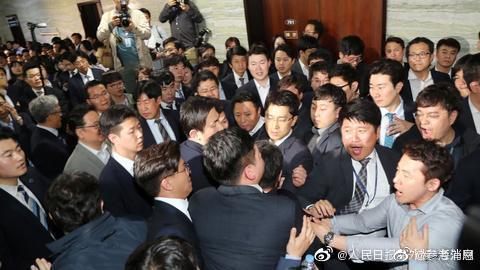 拳脚相加!韩国300多名议员公众场合大打出手
