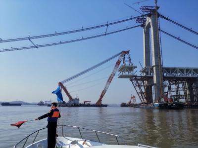 镇江长江大桥完成边跨梁吊装 持续110余天,海事部门全天候执守