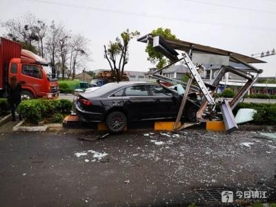 """一身汗!奥迪轿车为避让他车""""摧毁""""公交站台 一老人受伤"""
