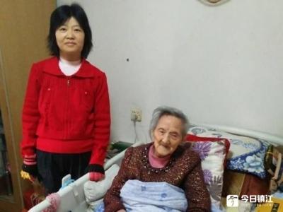 镇江爱心的哥背上背下 百岁老太了结思念情结