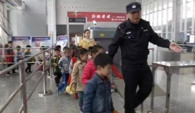 丹阳北站迎来小乘客 购票乘车体验感十足