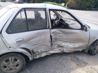 未仔细观察路况 两轿车激烈相撞
