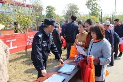"""扬中公安开展""""4.15全民国家安全教育日""""宣传活动"""