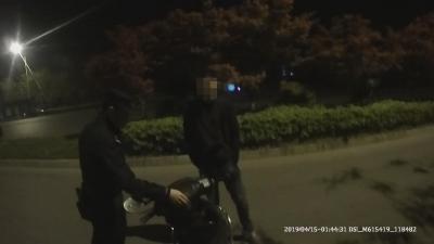 男子酒醉骑车跌倒路边 群众报警民警助其回家