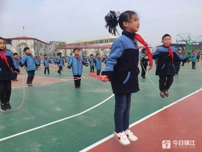 """镇江新区:""""跳绳大王""""指导小学生跳绳"""