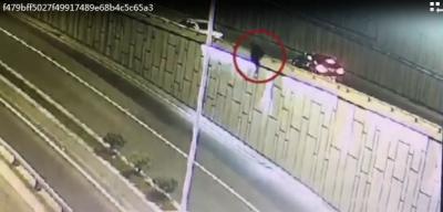 视频 | 酒驾途中遇到警察 他弃车跳下路基摔断双脚……