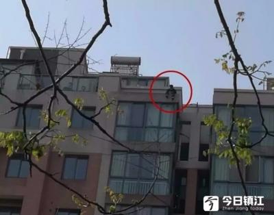 """丹阳一男子感情受挫竟想""""跳楼"""" 民警成功化解危机"""
