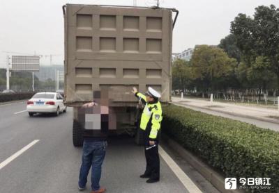 货车见警车转身往回溜  大胆司机用泥遮挡号牌