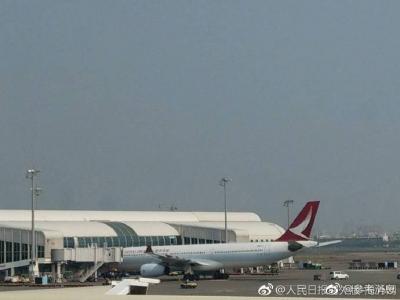 一架从台湾高雄飞往香港的客机紧急迫降 引擎冒烟