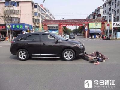视频 | 太危险!14岁哥哥骑电动车带12岁表弟闯红灯被撞!
