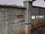 """百米临时围墙成""""危墙"""" 小区居民出行胆战心惊"""