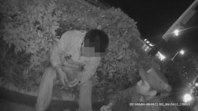 男子醉酒坐在路边 民警送其回家