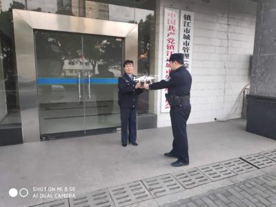 热心市民捡到无人机报警 民警交给失主并教育