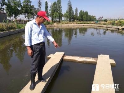 【暖新闻】八旬老太浇菜连人带车落水!危机时刻,他挺身相救