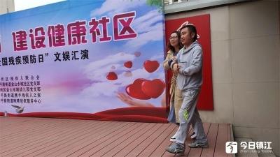 爱心组织结对帮扶残疾人 残疾居民用歌声来回报