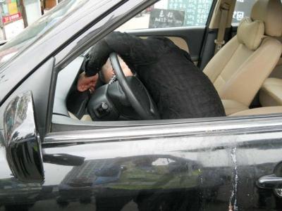 酒驾!?驾车撞到停在路边的轿车后,司机竟呕吐晕迷了