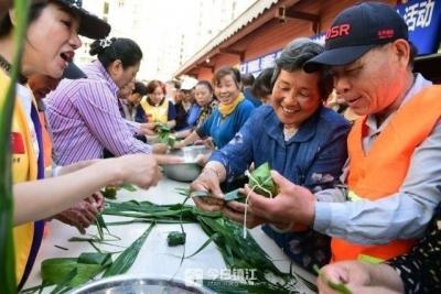真暖心!70多名志愿者齐上阵 3000个粽子送给困难与残疾居民