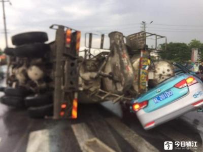 扬中一出租车被侧翻水泥车压扁  司机当场身亡